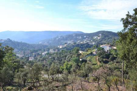 Plot with many possibilities, large area. Ideal to build multi-level house with large terraces and views of the Gavarres.