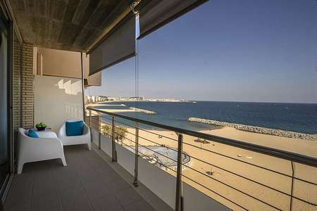 Elegant apartment with direct access to the beach. Enjoy the stunning views to the sea.
